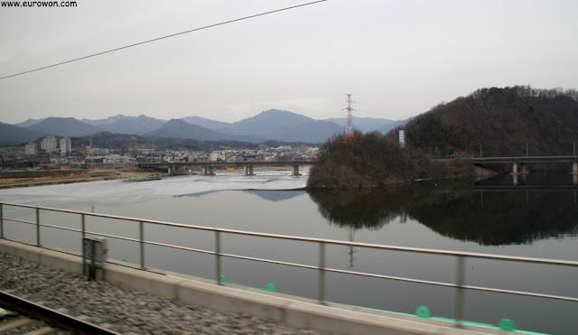 Vistas desde el tren ITX entre Seúl y Chuncheon