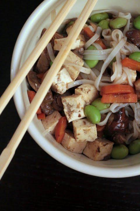 noodles con tofu, funghi e edamame per festeggiare le donne insieme a corporesano
