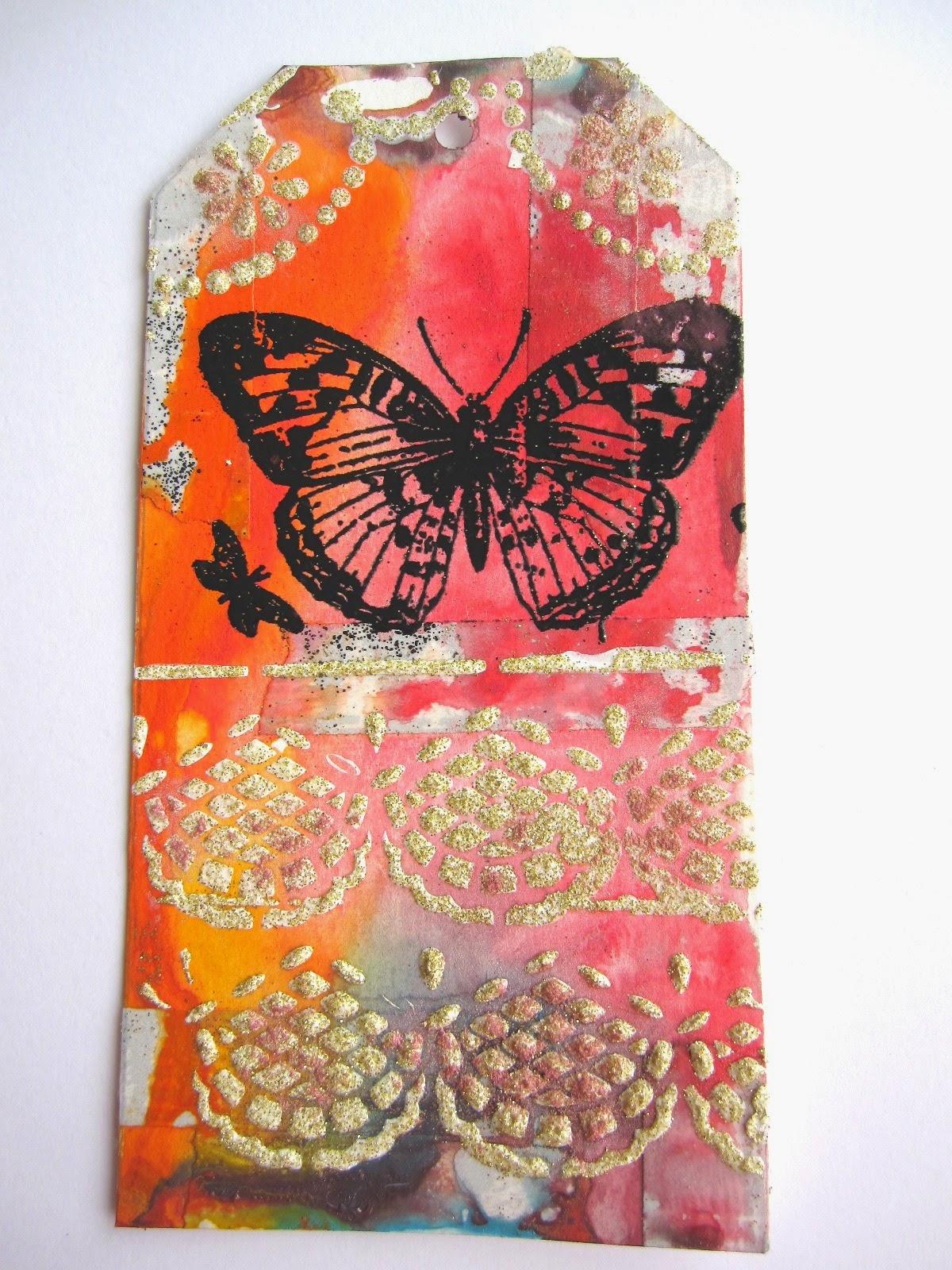 tag de marzo Celebrating Springtime con mariposa con embossing en negro y puntillas con esténcil y pasta modelar blanca
