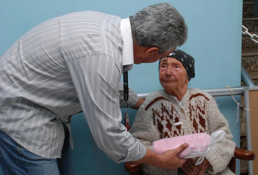 Uma iniciativa solidária dos expositores da Feirinha de Teresópolis está levando mais calor humano e menos frio aos idosos de três asilos do município