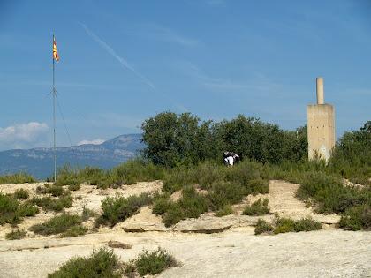 El cim del Serrat de la Madrona amb el vèrtex geodèsic i la senyera