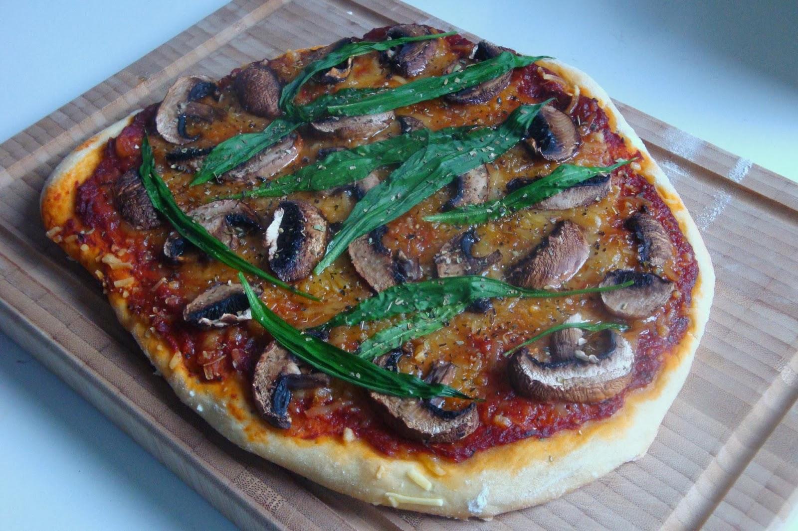 gourmandises v g tariennes vegane pizza funghi mit b rlauch. Black Bedroom Furniture Sets. Home Design Ideas