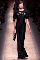 Вечерна рокля с къси ръкави, черна с дантелена бродерия на Valentino