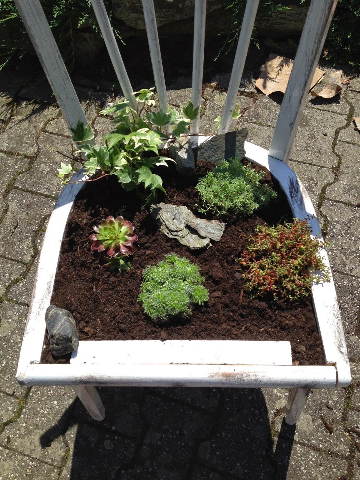 Momente im garten gl ck freude und freiheit - Bepflanzter stuhl ...