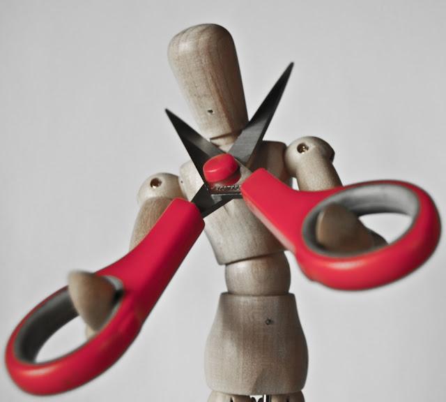 Trædukke klipper halsen over med saks