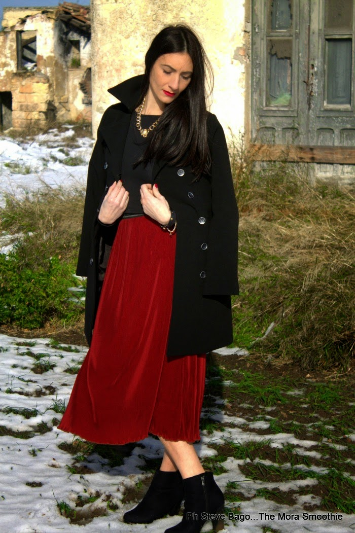 rosso, bianco, nero, fashion, fashionblog, fashionblogger, diy necklace, themorasmoothie, ootd, look, lookoftheday, italian fashion blogger, fashion blog italia, fashion blogger italiana, ootd, outfit, outfitoftheday, model, girl, me gonna rossa, gonna plissettata, neve