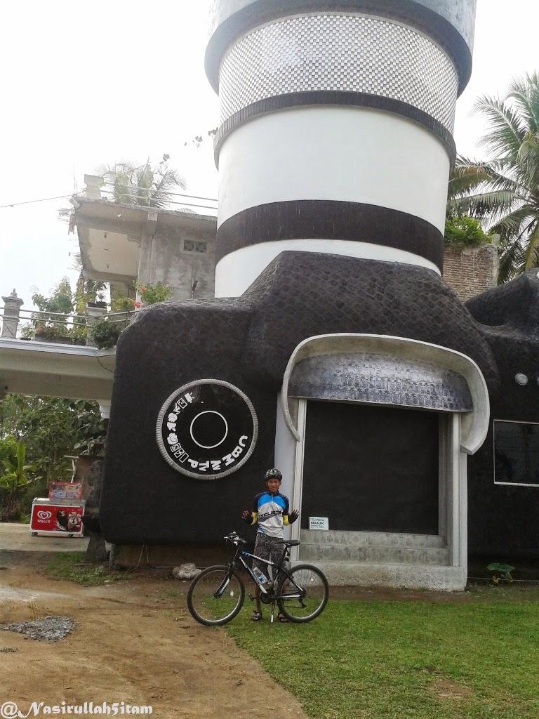 Foto bareng sepeda di depan rumah kamera, Majaksingi, Magelang