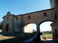 La capella de la Immaculada de Les Tàpies amb la galeria que la comunica amb el campanar