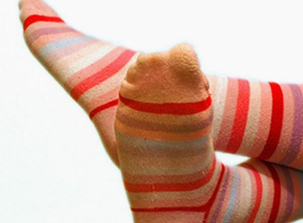 Mang tất chân khi đi ngủ - Sai lầm nhiều người mắc phải