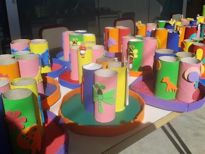 en l vendamos lapiceros hechos con los rollos de papel higinico pintados y decorados con goma eva