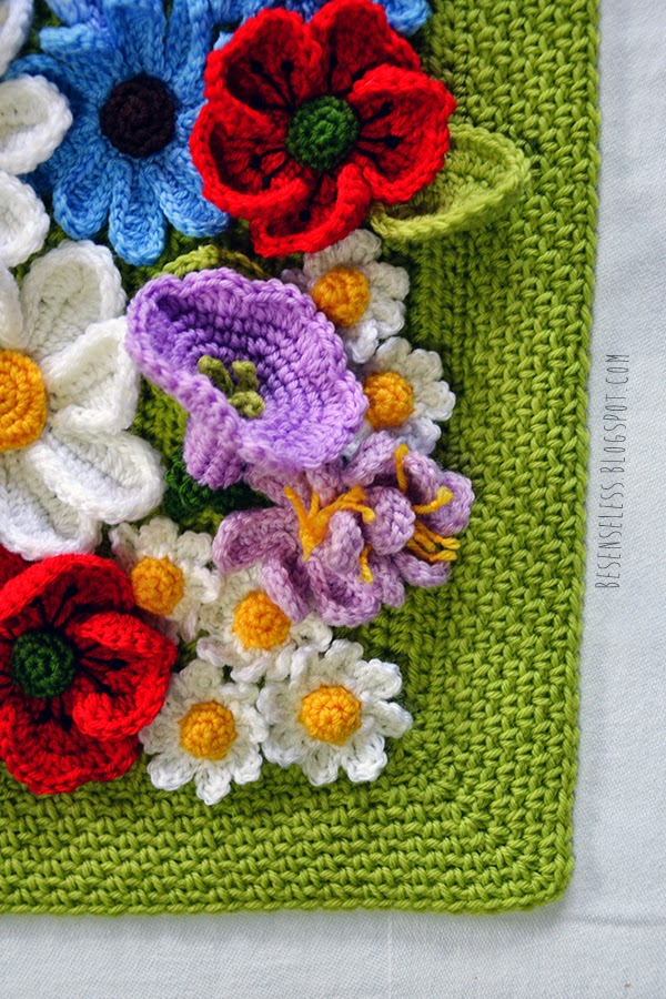 Un prato fiorito ricoperto di margherite, crocus, papaveri e campanule. Una copertina a uncinetto in morbida lana -  A flowery meadow covered with daisies, crocuses, poppies and bluebells. A crochet baby blanket in soft wool - besenseless.blogspot.com