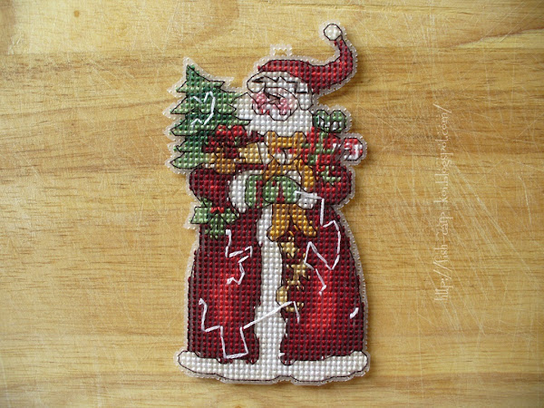 """Набор Dimensions 08895 """"Santa Ornament"""" - Дед Мороз вышитый крестом на пластиковой канве"""