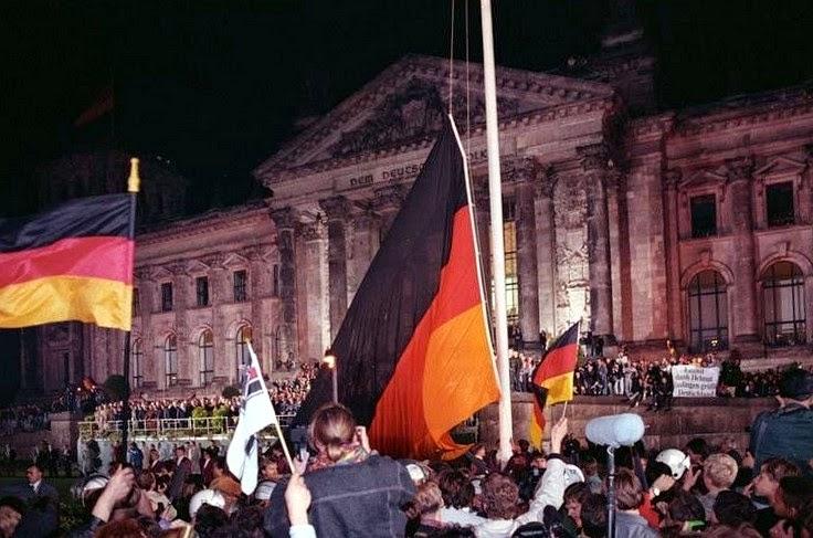 Bundesarchiv Bild 183 1990 1003 400%2C Berlin%2C deutsche Vereinigung%2C vor dem Reichstag