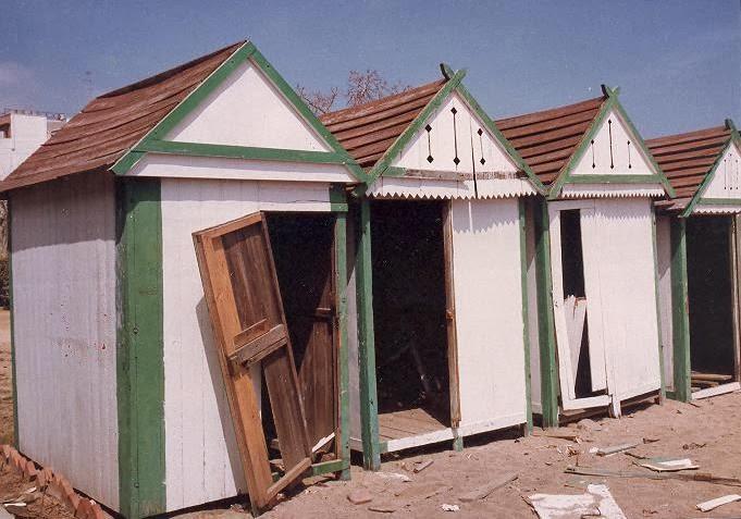 Biblioteca can salvador de la pla a calella els banys su for Casetes de fusta per jardi