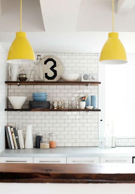 lámpara amarilla en cocina