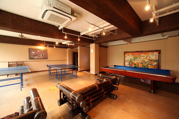 こちらはバトゥール館1階にある、「海の見える卓球&ビリヤード場」でございます。レッツ!スマッシュ!もちろん無料でございます!