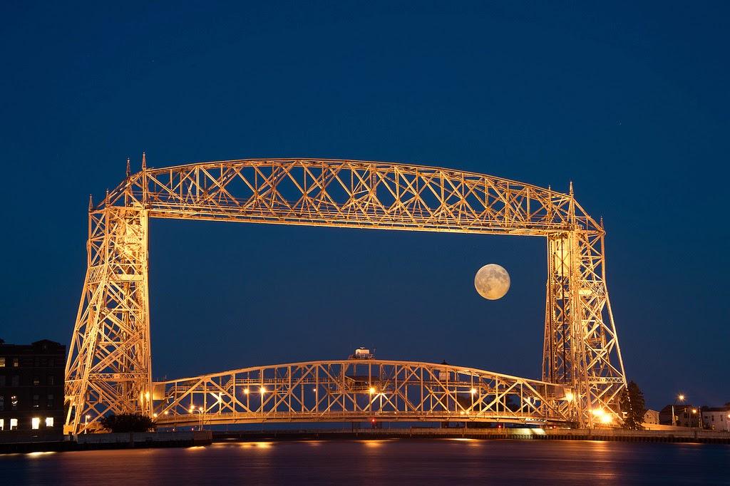 صورة مدهشة للقمر وجسر