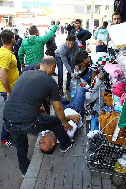 Astım hastası olduğu için polisin sıktığı biber gazından etkilenen Karşıyaka Taraftarlar Derneği Başkanı Okan Kırmacı'ya geçmiş olsun dileriz.