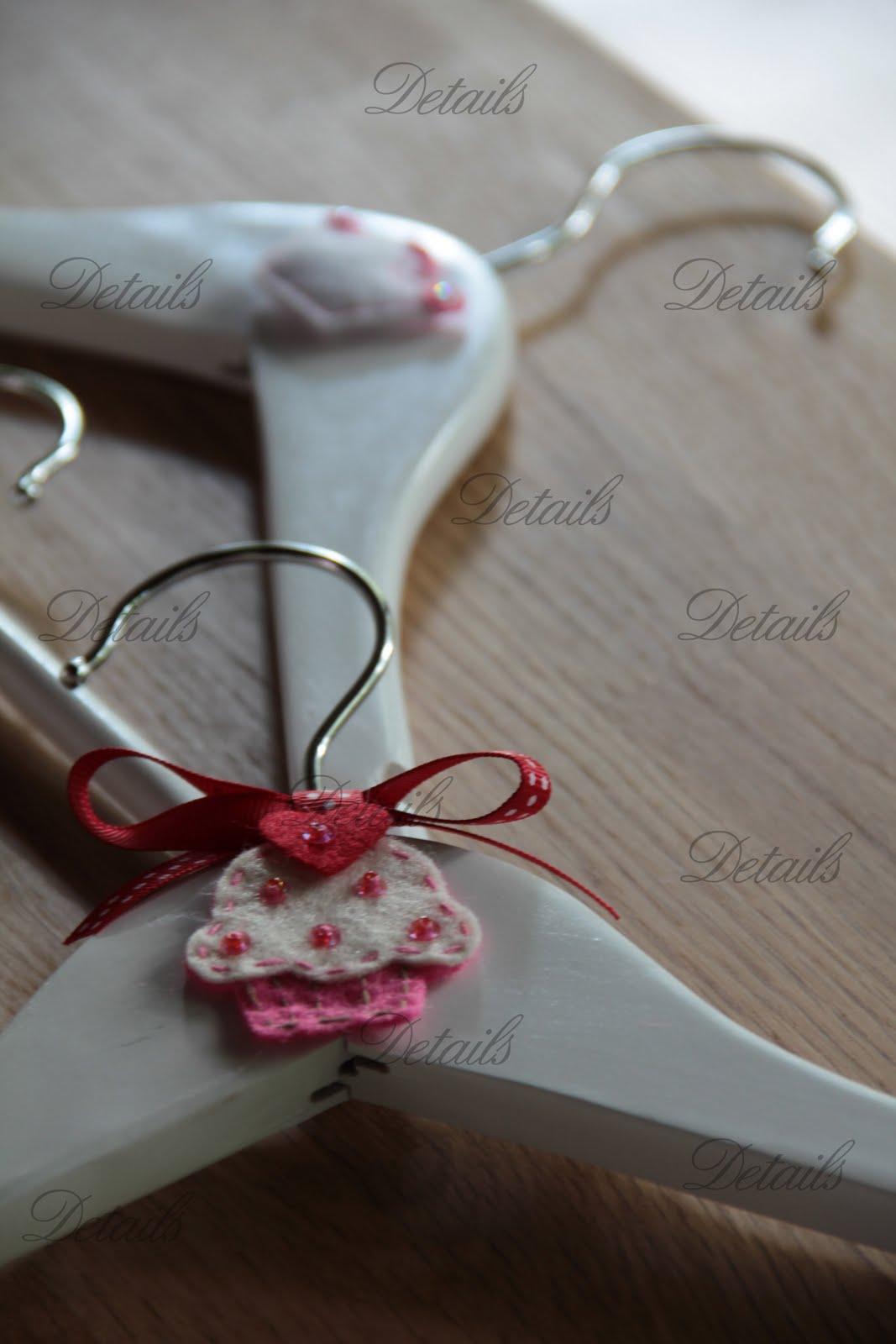 Details invitaciones perchas de madera para beb s ni os - Perchas de madera blancas ...