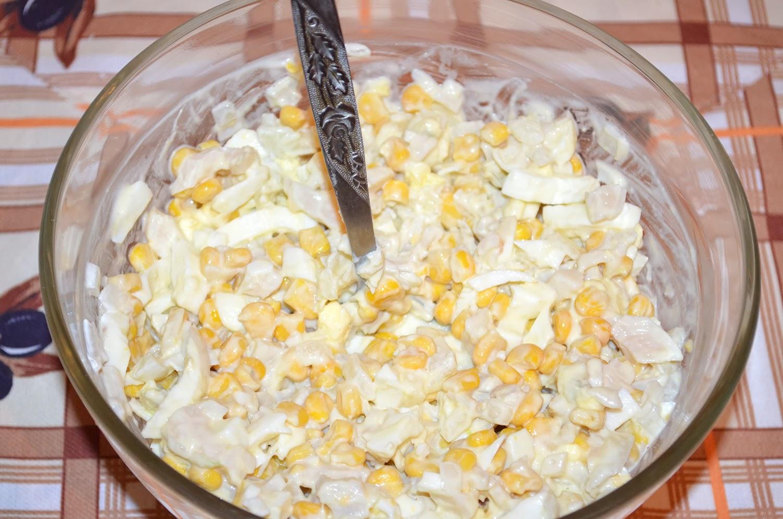 Салат с кальмарами: все ингредиенты перемешать в салатнице