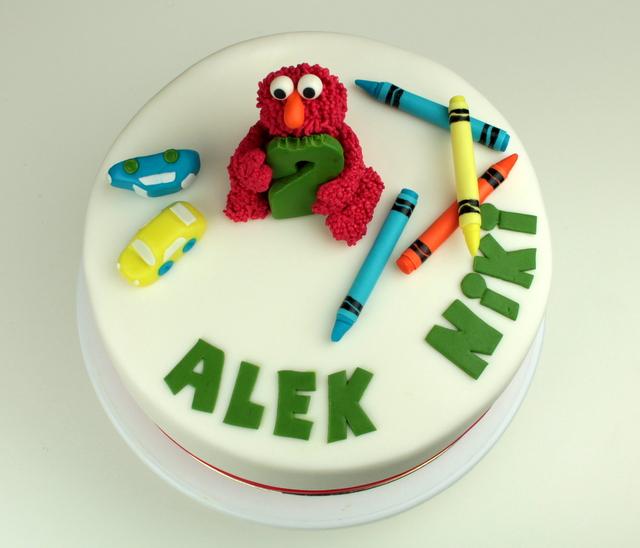 tort z figurką elmo na wierzchu