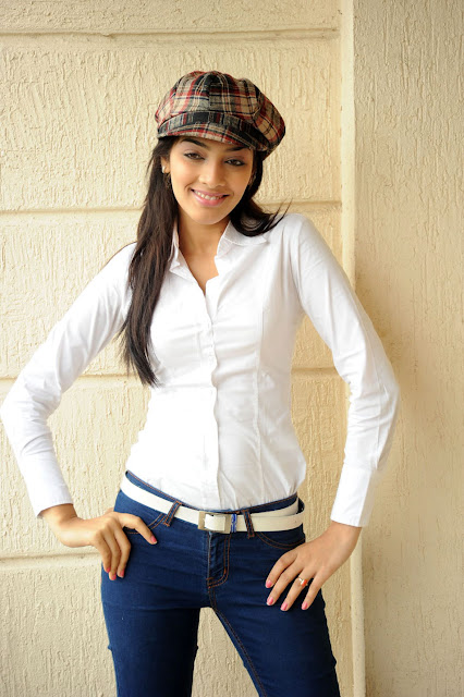 u1eat3cr1pko4dw669 Telugu Actress Rithika Photo Gallery