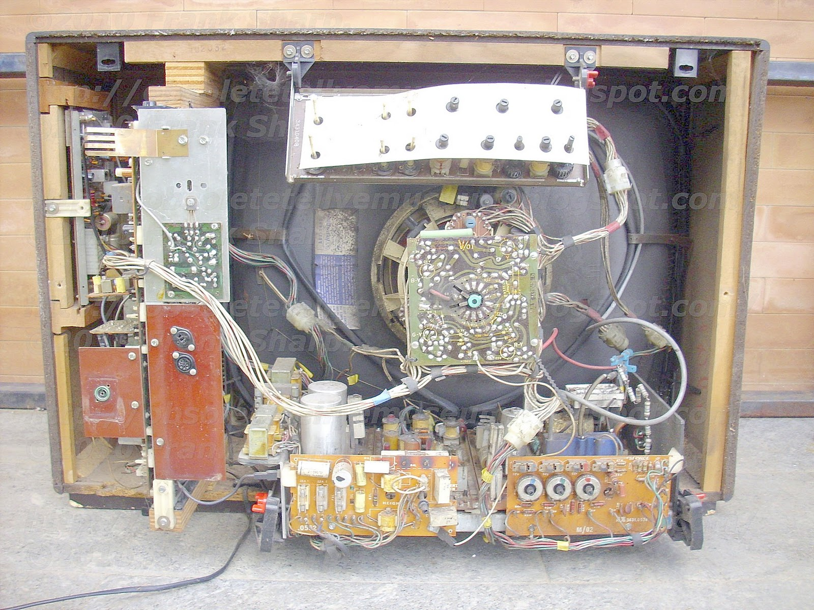 Obsolete Technology Tellye Autovox Mod Tvc2694 E Chassis 50703 Gaincontrolled Amplifier Circuit Diagram Tradeoficcom The Output 15 Of Monoflop 5 Is Connected To Input 16 A Sequence Control Device 17 Which Set In Operation By Signal Emitted