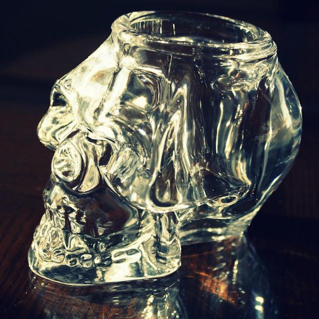 Glas fyrfads-stage som kranium