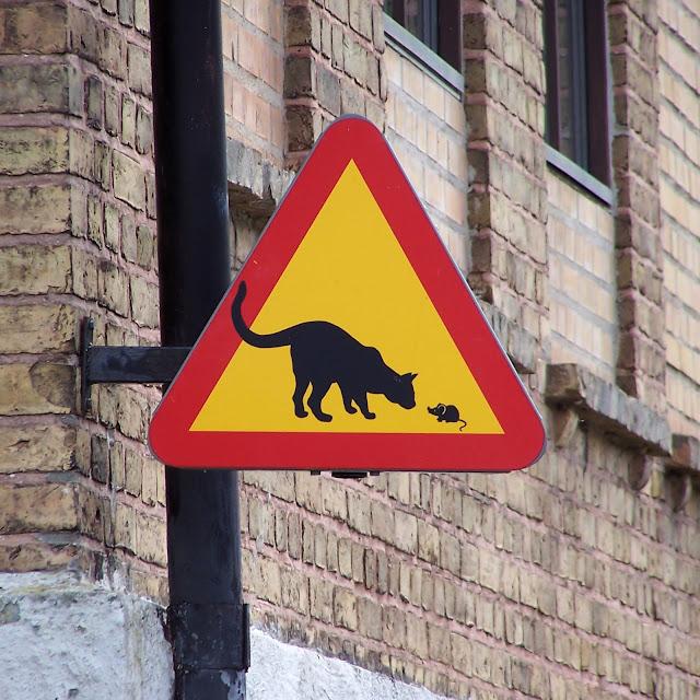 Sjovt advarsels-skilt med mus og kat