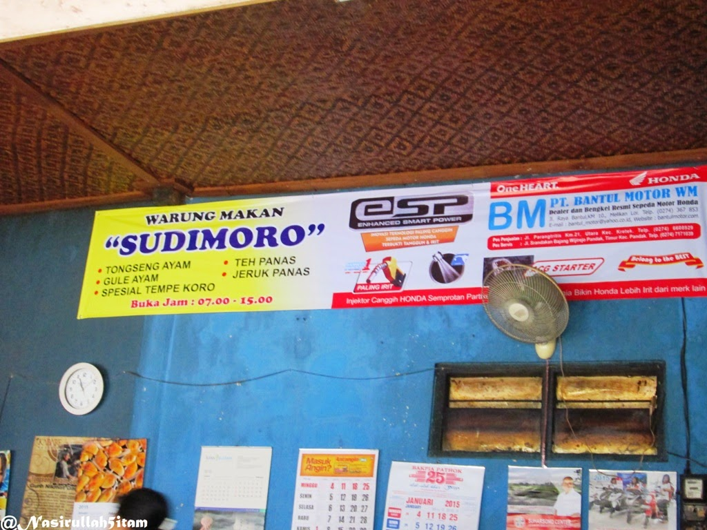 Menunggu pesanan di Tongseng Ayam Sudimoro, Bantul