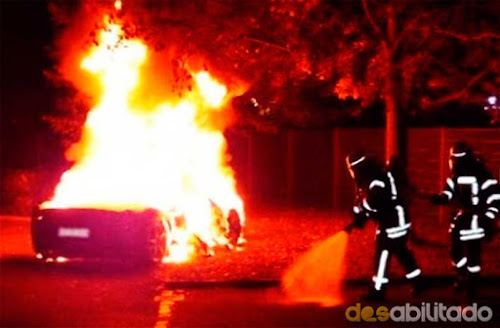 Jovem coloca fogo em Ferrari 458 pra forçar o pai comprar outra