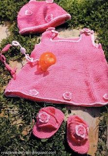 Вязаный комплект для девочки платье шапочка босоножки сандали игрушка