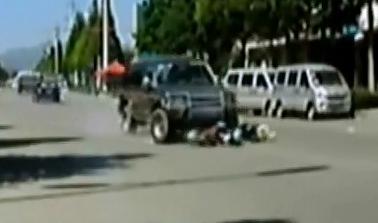 Camioneta se lleva a Motocicleta