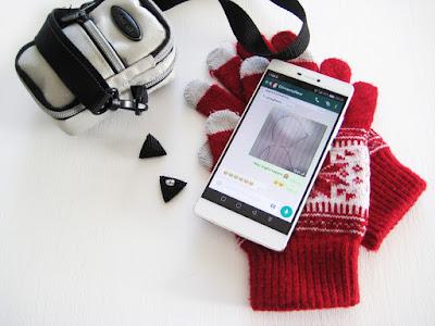 Orecchini bombati, guanti natalizi e whatsapp chat