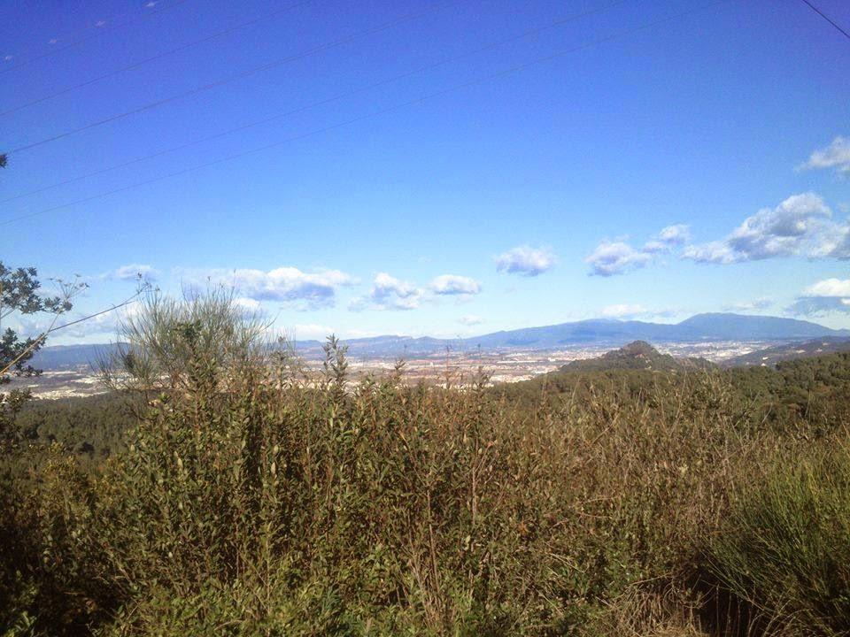 Cara septentrional de Collserola. Al fondo, el Vallés (Ripollet, La Llagosta, etc.) y el Montseny. [Foto: Alberto Prieto Martín]
