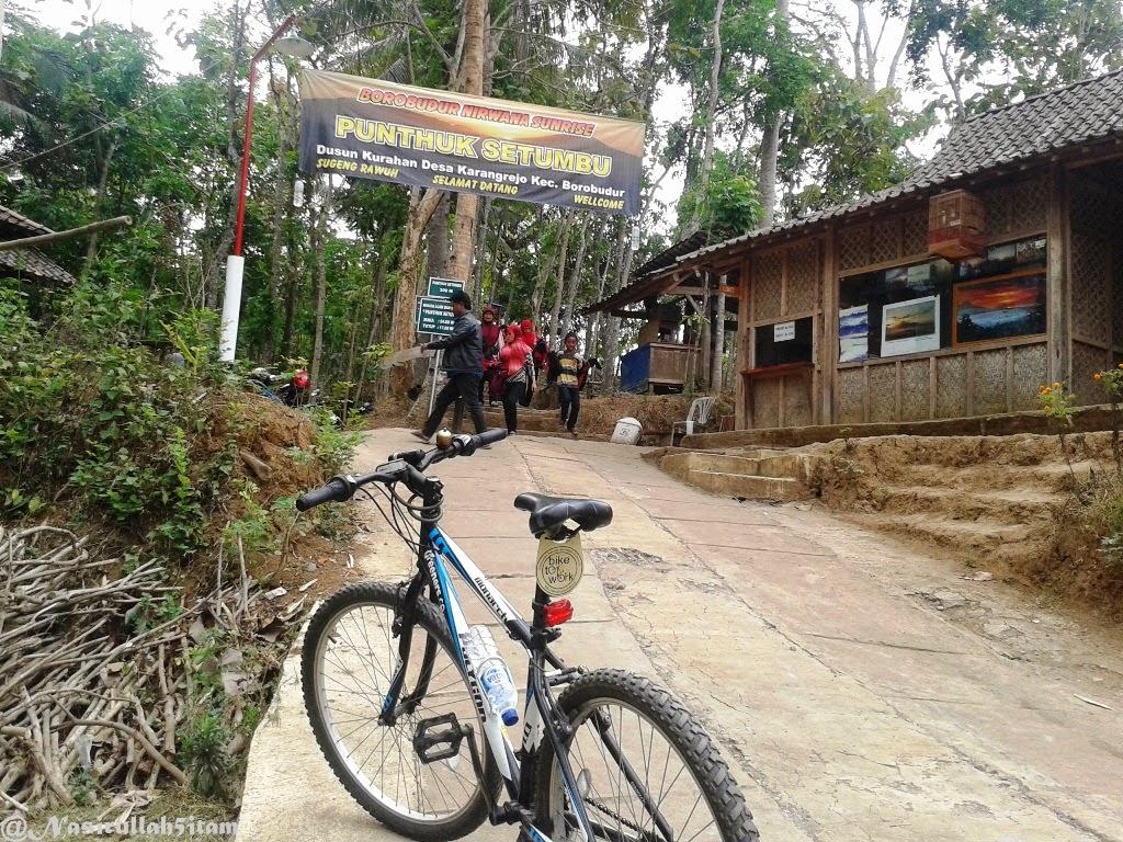Memasuki area parkir dan loket di Punthuk Setumbu