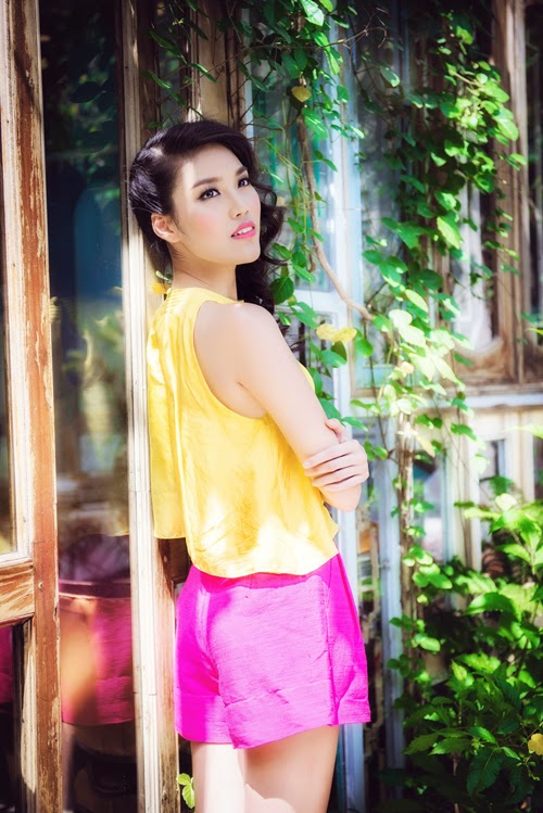 Photos of Lan Khue is in bright sunshine