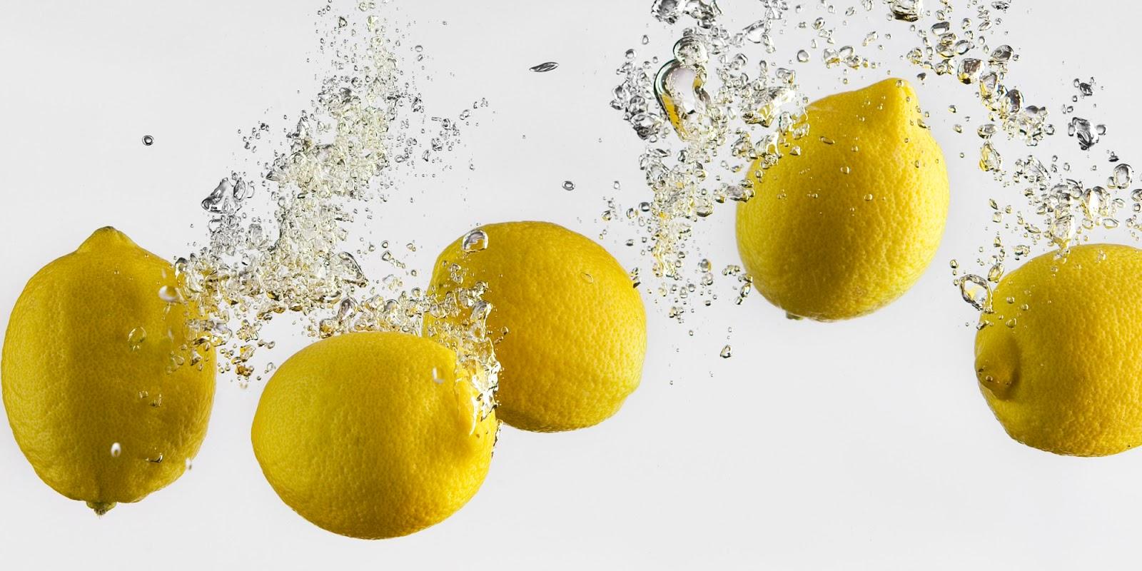 acqua calda limone e zenzero al mattino