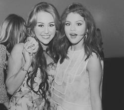 Márih Cyrus & Milena Gomez *-*
