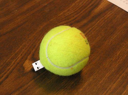 Chiavetta USB con il riuso creativo delle palline da tennis