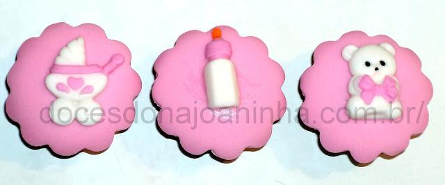 bolo decorado para chá de bebê com carrinho de bebê, mamadeira e ursinho