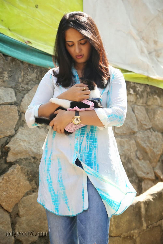 Anushka with Puppy at Blue Cross Pet Carnival Press meet-HQ-Photo-14