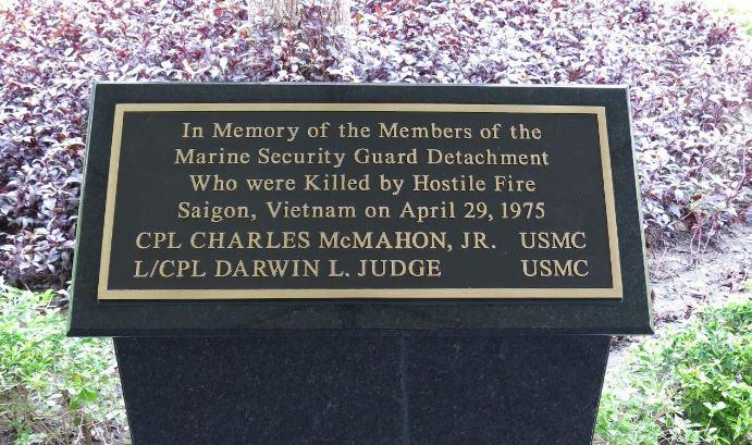 Bia tưởng niệm 2 chiến sĩ TQLC Hoa Kỳ Hy Sinh cuối cùng trong Chiến Tranh Việt Nam