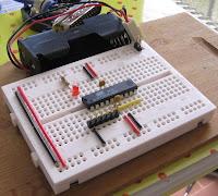 Mikrokontroler AVR ATtiny26 na płytce stykowej.