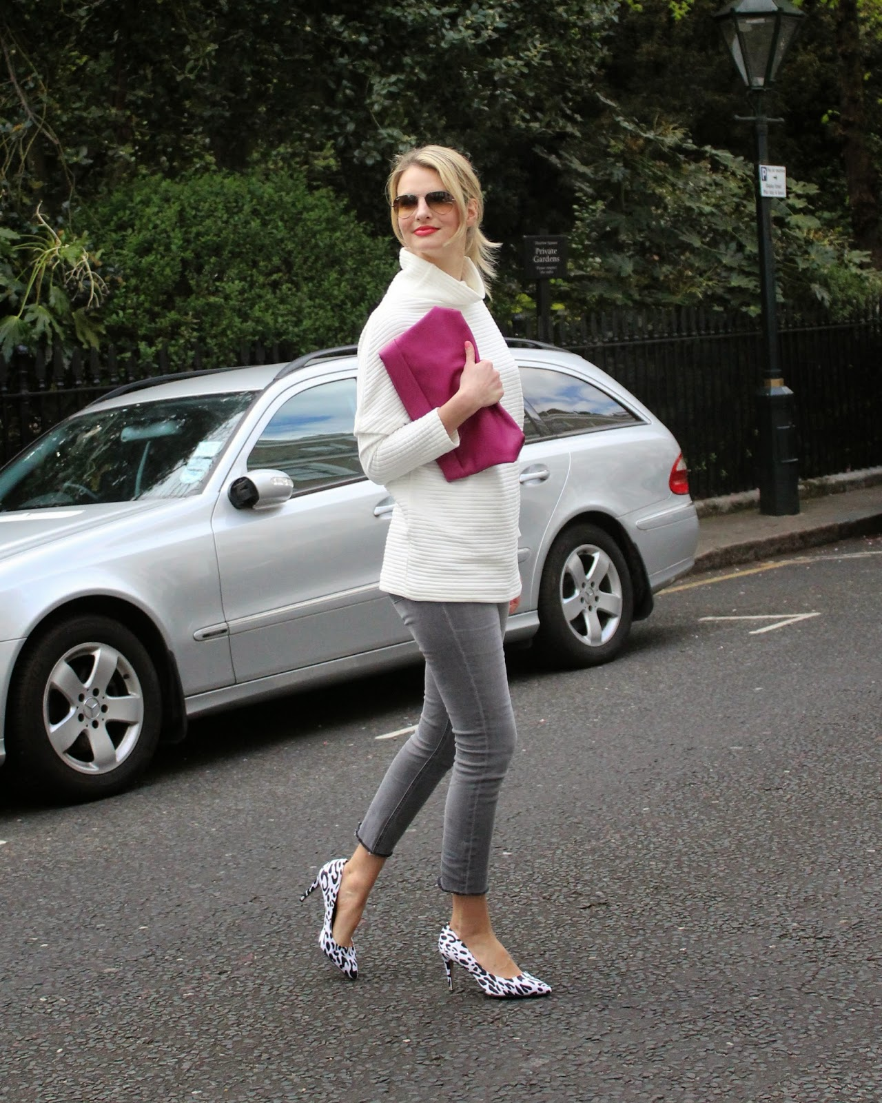 donna ida denim, gray denim, gray jeans, white jumper, pink clutch, leopard print heels, asos heels, cropped hem denim, street style london, london blogger