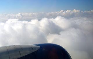 letenky vysoko nad oblakmi