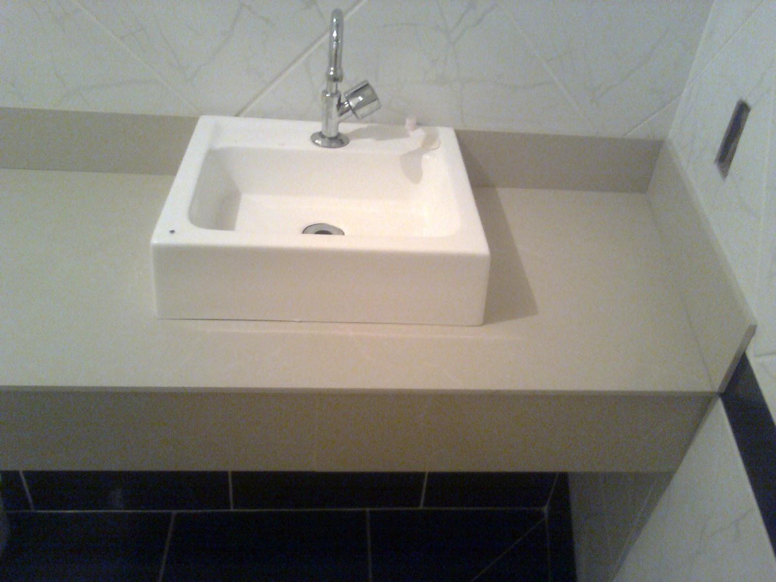 Banheiro branco e preto: paredes com piso na vertical e no meio na  #786754 1600x1200 Banheiro Branco Com Faixa Preta