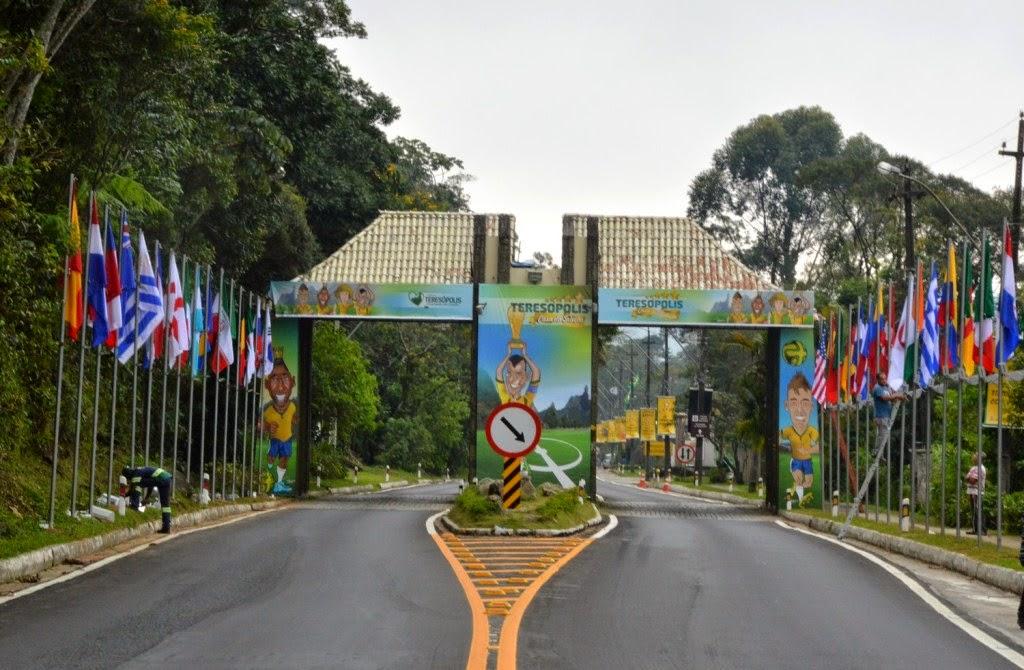 TERESOPOLIS RJ BRASIL -Embelezamento do pórtico de entrada da cidade – no Soberbo, com a colocação das bandeiras dos países que vão disputar o Mundial