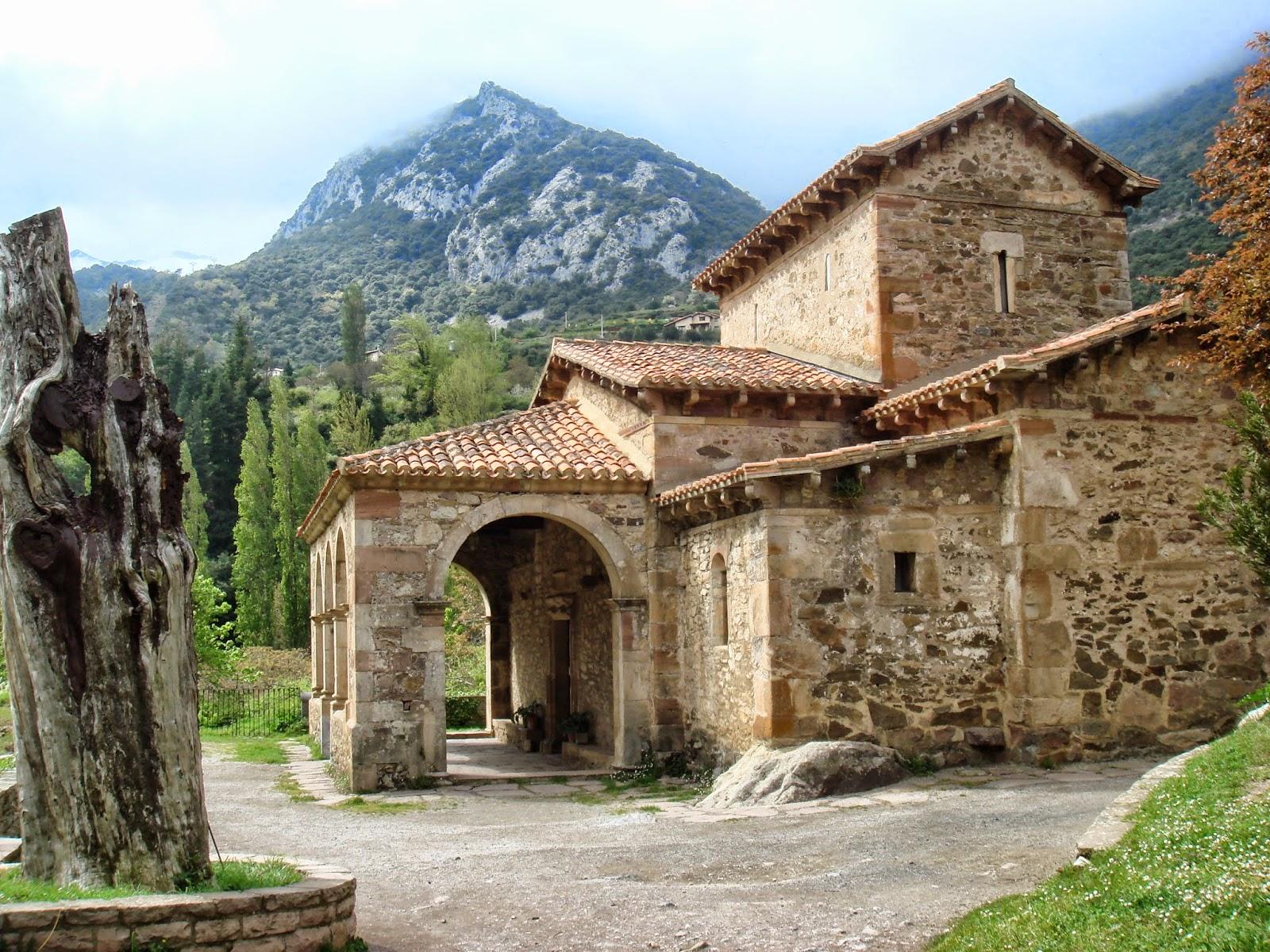 Santa María de Lebeña entrada iglesia