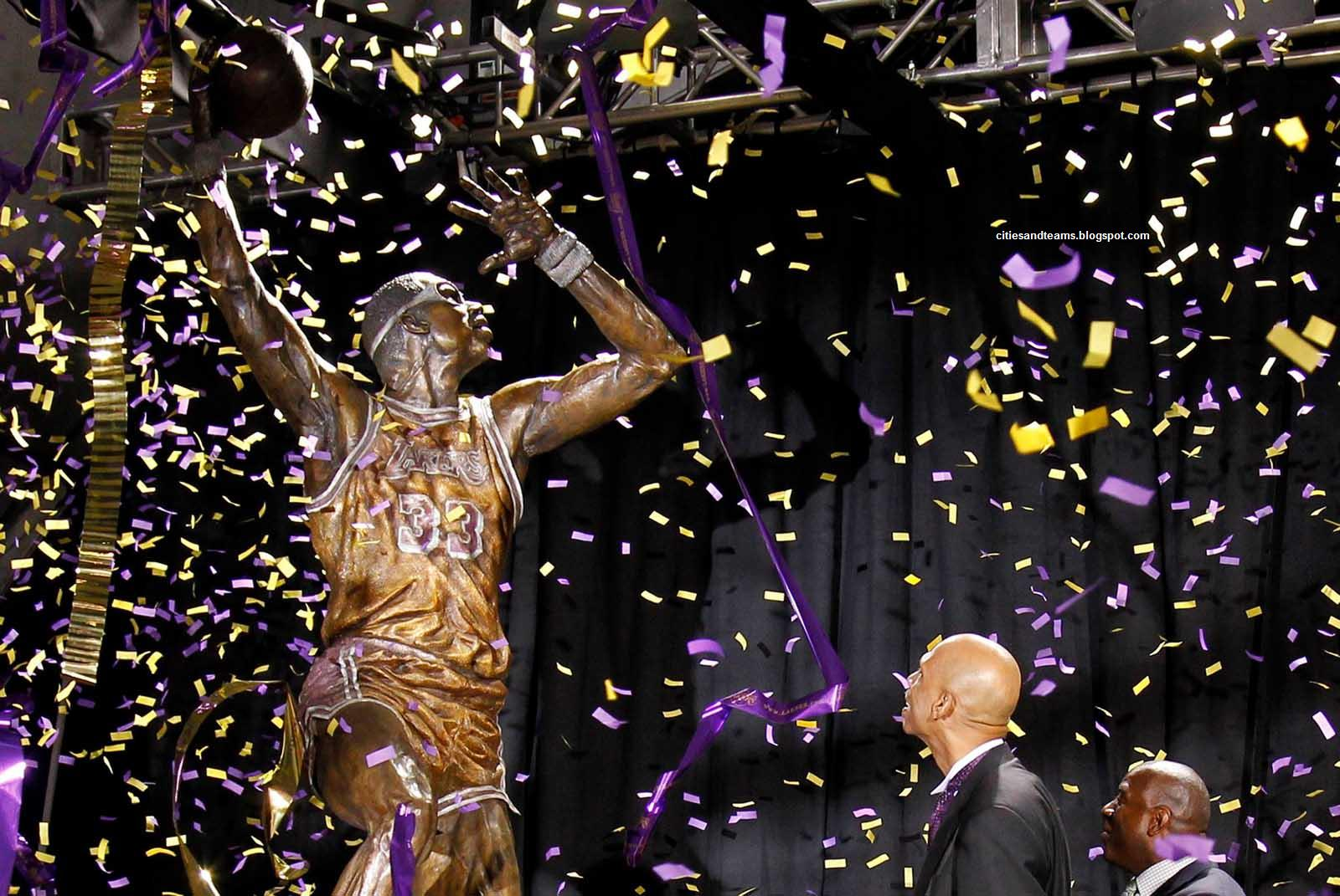 http://1.bp.blogspot.com/-r8oGy2mHxjM/ULEmurhqt5I/AAAAAAAAId4/ImG0zThGRwM/s1600/Kareem_Abdul_Jabbar_With_His_Bronze_Statue_Legend_Of_Los_Angeles_Lakers_NBA_Hd_Desktop_Wallpaper_citiesandteams.blogspot.com.jpg